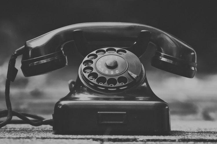 Schwarz Weiß, Altes Telefon mit Drehscheibe