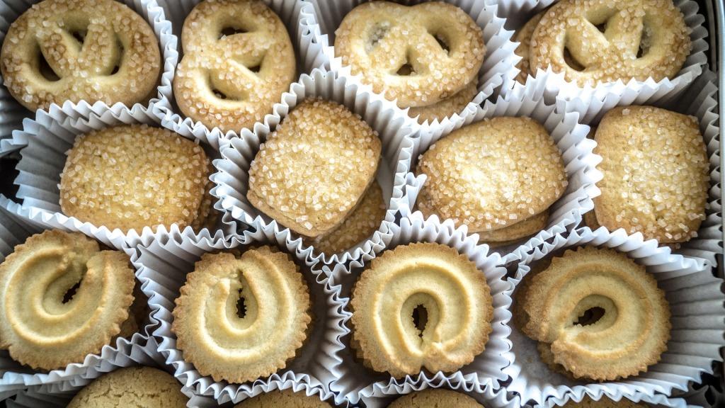 Dänische Butterkekse in Papierförmchen nebeneinander aufgereiht