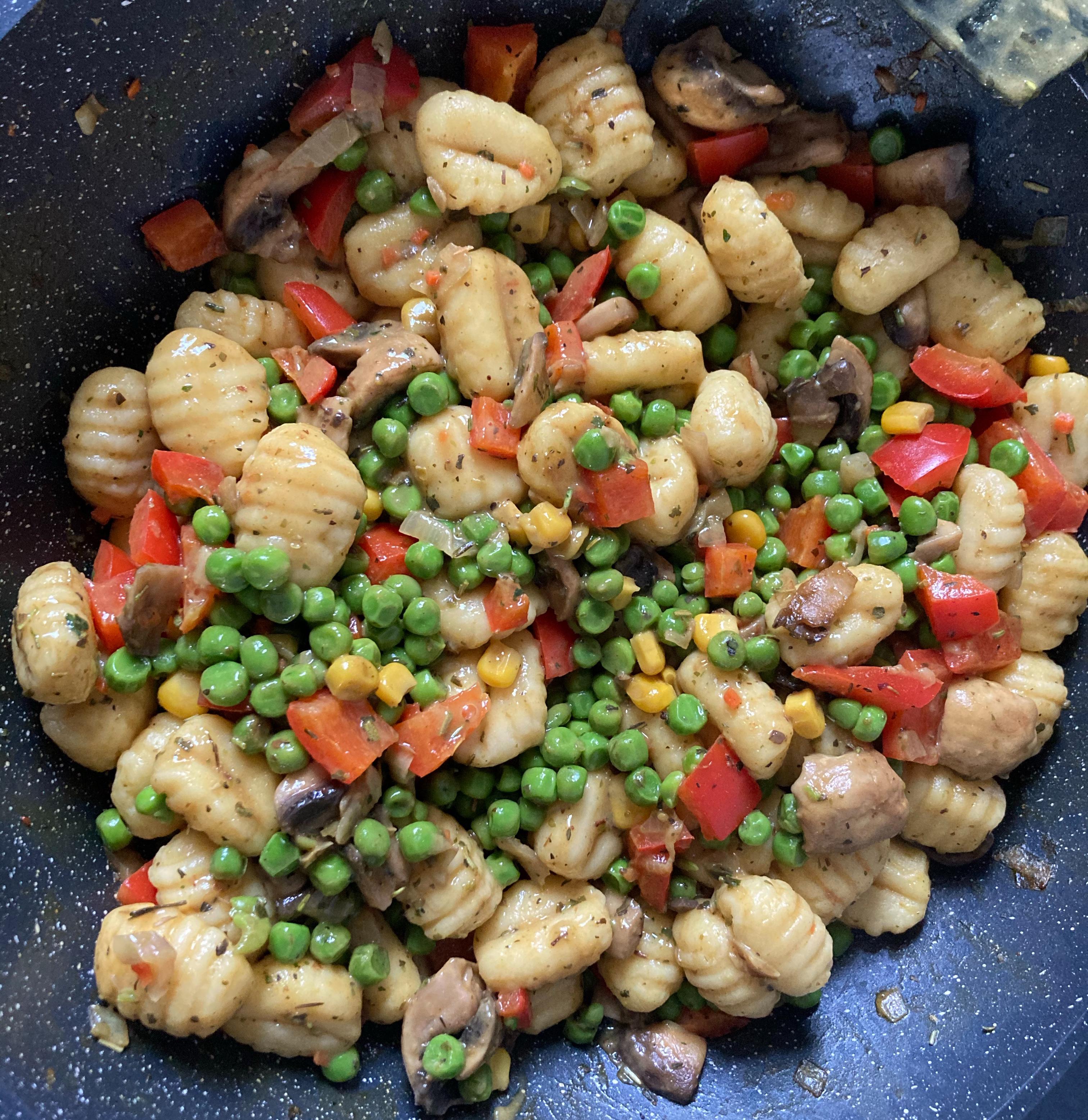 Gnocchi Gemüsepfanne mit Erbsen, Mais, Paprika und Pilzen.
