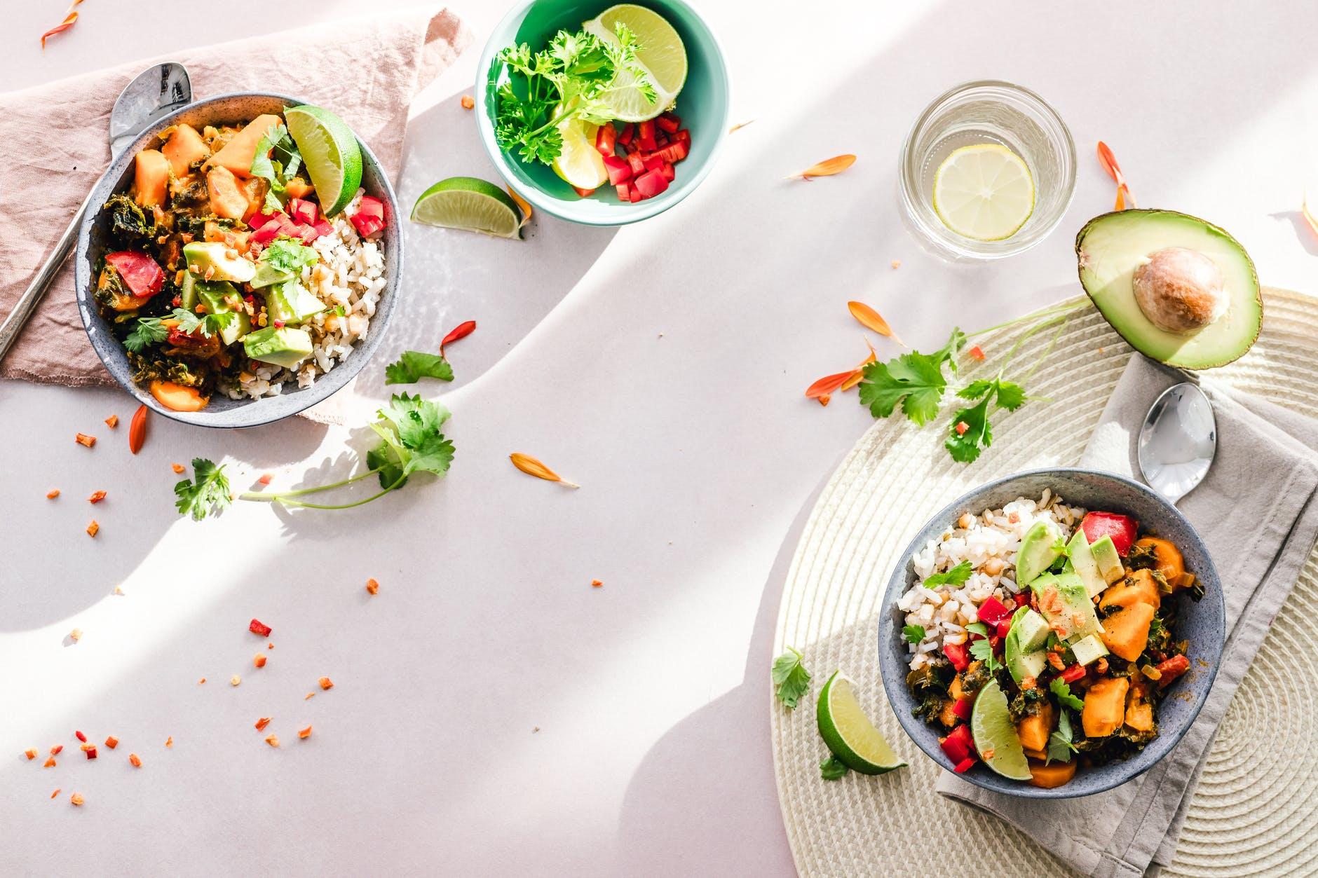 Gesunde Bowls mit Koriander, Avocado und Reis