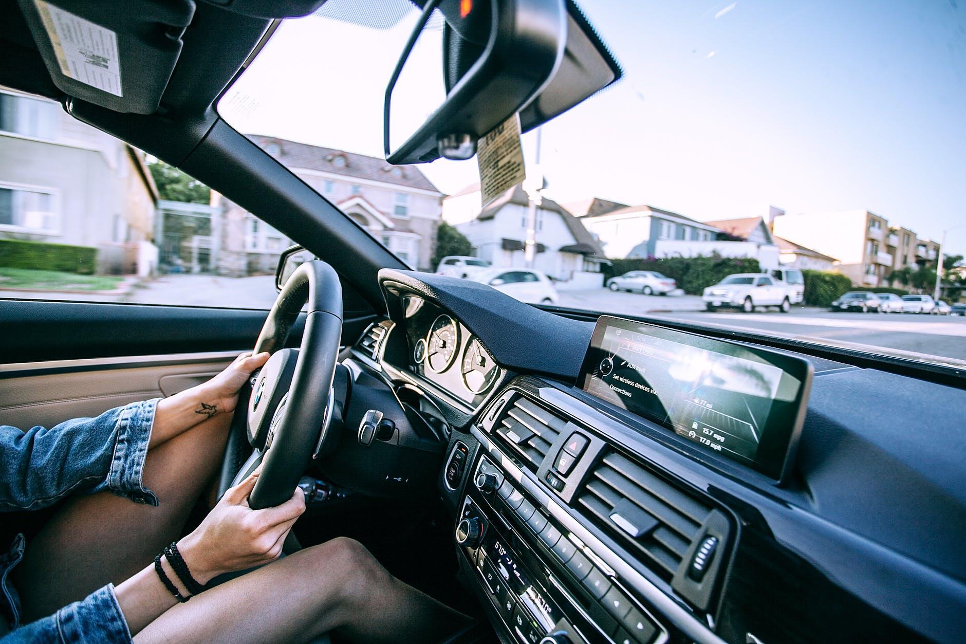 Autocockpit mit Ausschnit der Arme und Beine der fahrenden Person