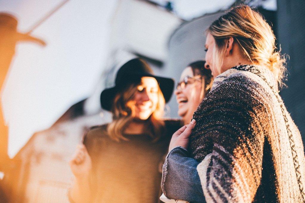 Drei Frauen lachen