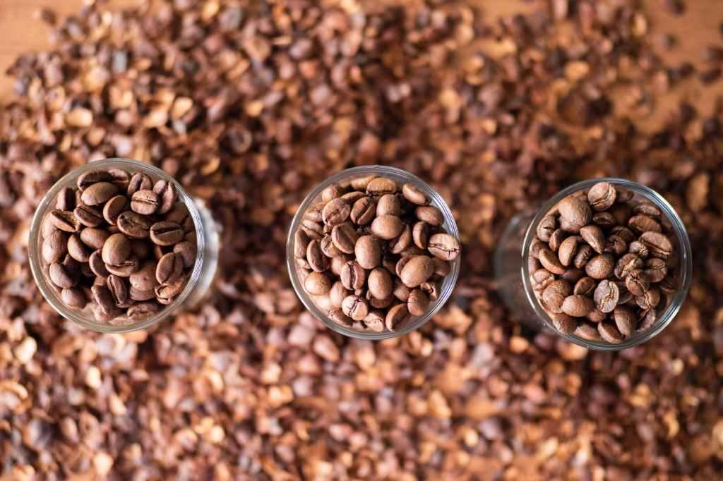 Kaffeebohnen in drei Gläsern aus der Vogelperspektive