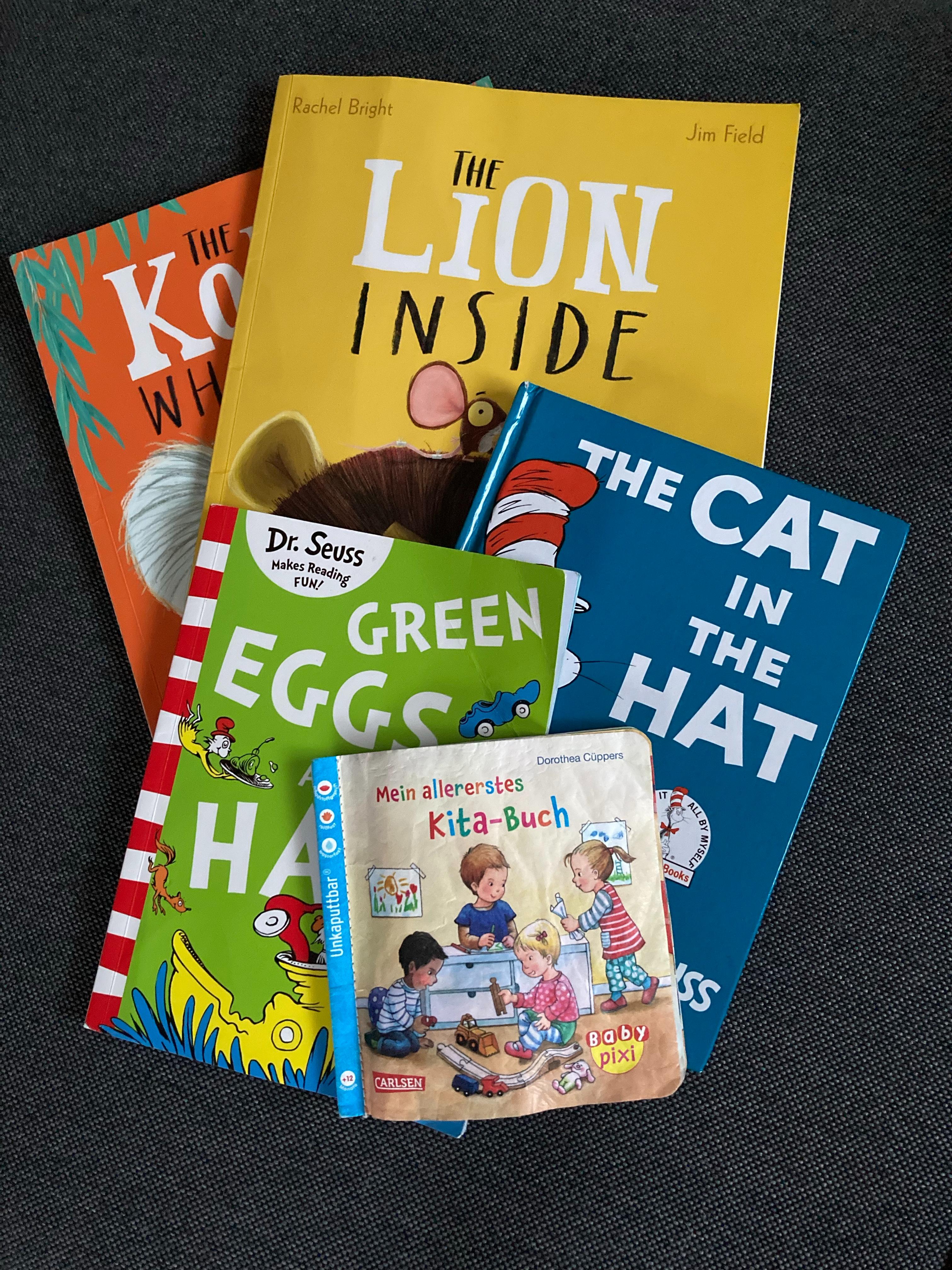 Fünf Kinderbücher auf einem losen Stapel